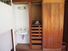別室の女中部屋には、寝室と同じようなクローゼットの隣に洗面所が付いています。