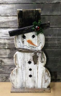 Rustic Farmhouse Distressed Wood Snowman Decor, Front Porch Decor, Rustic Holiday Decor, Christmas Decor, Winter Decor - How To Make Things Wooden Snowman Crafts, Wooden Christmas Crafts, Primitive Wood Crafts, Wood Snowman, Primitive Christmas, Xmas Crafts, Rustic Christmas, Christmas Projects, Decor Crafts