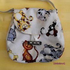Tasje Funny Felines Lief klein snoezePOEZE tasje van 14 x 15 x 2, 5 cm, met een satijnen handvat van bijna 30 cm. en zilveren D-ringetjes. Gemaakt van luxe katten-quiltstof met mooie Drawstring Backpack, Coin Purse, Purses, Wallet, Funny, Bags, Lush, Handbags, Handbags