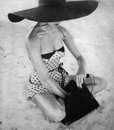 25 ideas photography vintage vogue hats for 2019 Glamour Vintage, Vintage Vogue, Vintage Hats, Vintage Beauty, Vintage Bathing Suits, Vintage Swimsuits, Retro Mode, Mode Vintage, Aqua Sport