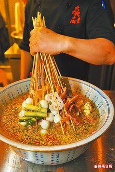 缽缽雞的成串食材浸入香濃湯底,是四川傳統街邊小吃。