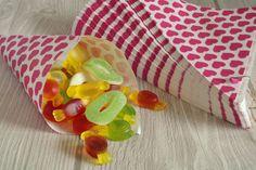 100 Papiertüten Spitztüten Herzen pink 19cm Dreieckstüten CandyBar Bonbontüten in Möbel & Wohnen, Feste & Besondere Anlässe, Jahreszeitliche Dekoration | eBay!