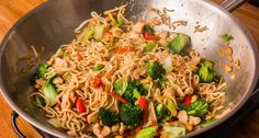 Čínský smažené nudle recept- je tam i video Hungarian Recipes, Pasta Noodles, Wok, Chinese Food, Japchae, Food Porn, Food And Drink, Cooking Recipes, Favorite Recipes