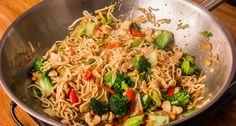 Kínai pirított tészta recept: Elkészítettünk egy igazi, mennyei Kínai pirított tészta receptet Nektek! Ez az étel valóban elkészül 4 főre 20 perc alatt. Friss, egészséges, laktató, és nagyon finom! :) Igazi főnyeremény!