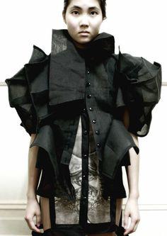Sculptural Fashion - three-dimensional fashion design; black linen structures // Ellie Meyer