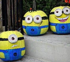 If you love crafts, Halloween, painting, and the cute minions from Despicable Me then you will absolutely LOVE these DIY painted pumpkins by Craftberry Bush. She has managed to create some of the most fun looking Halloween pumpkins I have ever seen. Fröhliches Halloween, Adornos Halloween, Holidays Halloween, Halloween Pumpkins, Halloween Decorations, Halloween Minions, Funny Pumpkins, Halloween Globos, Halloween Costumes