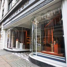 Live @smythson #BondStreet #bespoke #windowdisplay , elegant and beautiful as always 💙💗  .  .  .  #SS17 #windowdisplay #bespoke #windowinstallation #retail#luxury #fashion #retaildesign #creative#london #wedeliver #britishbrand #Smythson #fridayfeeling