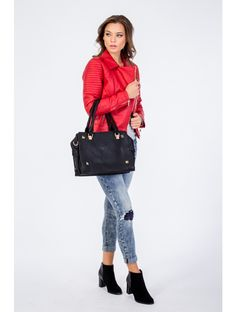 červená farba red color winter zima fall autumn jeseň móda fashion style štýl outfit oblečenie clothes trends trendy woman model žena girl blog blogger coat kabát čiapka hat nohavice denim pants jeans sneakers elegant stylish
