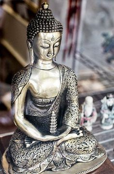 Buddha für Meditations Altar http://manusarona.de/kreiere-meditations-altar-spirituelle-praxis/