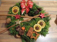 Vánoční věnec na dveře Wrapping, Christmas Wreaths, Wraps, Album, Holiday Decor, Winter, Home Decor, Rustic Christmas, Crowns