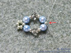 Tutorial : Reyna Level : Beginner Technique : Crossweaving Reyna is a the Praetor of the Twelfth Legion at Camp Jupiter from Percy Jackson and The Heroes of Olympus series by Rick Riordan. Equipment : - Swarovski crystal bicone 4mm. (denim blue, antique pink and satin.) - Pearl round 4mm. (light…
