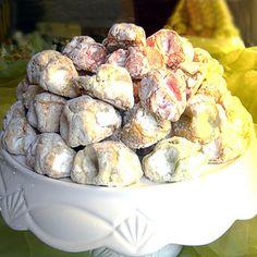 La ricetta dei fior di mandorla (fiocchi di neve), dolcetti tipici della pasticceria siciliana a base di pasta di mandorle infornata e cosparsa di zucchero.