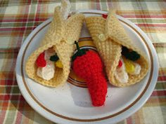 amigurumi crochet food - free pattern for burrito Crochet Fruit, Crochet Food, Cute Crochet, Crochet For Kids, Crochet Crafts, Crochet Projects, Crochet Amigurumi, Amigurumi Patterns, Crochet Dolls