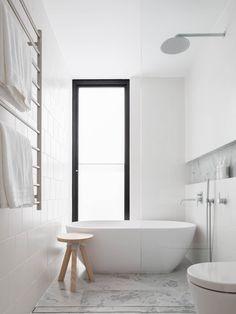 Bathroom: Bronte Family Home by CM Studio Contemporary White Bathrooms, Modern Bathroom Design, Bathroom Interior Design, Home Interior, Ikea Interior, Interior Colors, Interior Modern, Interior Ideas, White Bathroom Decor