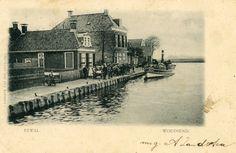 De Gereformeerde kerk (gebouwd 1912) is nog niet aanwezig. In 1902 is er nog een woning gebouwd naast de linkse pand. Dat is later jarenlang de woning van Hoofd van de RK school geweest.