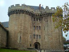 Château d'Alençon, situé sur la commune d'Alençon (Orne, 61) Construction : XIIème siècle. #Normandie #Normandy #purenormandie #france #orne #chateau #architecture #manoir