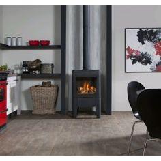 De #Faber Odense is een moderne vrijstaande 3-zijdige #gashaard in zwart gietijzer. #Gaskachel #Kampen #interieur #Fireplace #Fireplaces