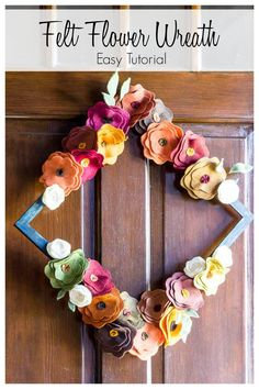 This easy tutorial shows you how to make flowers from felt in fall colors to create a colorful and beautiful wreath for fall.