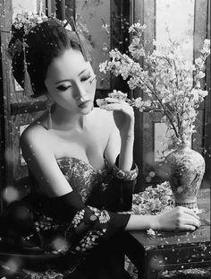 & Uma cereja em chamas, insaciável paixão; Perfurada na carne, não perde o apetite; Uma vez consumada, dá-se à, fornicação; A cereja mordida de uma Gueixa virgem. - Texto de Marcelo Zacarelli - Do Poema: Casta Gueixa