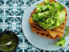 Avokado saa seuraksi parsakaalia paahtoleivän päällä. Ruokaisan leivän mehevöittää rucolapesto.