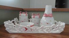 kit higiene em porcelana com laço,pintado a mão,bandeja de madeira. R$ 235,00