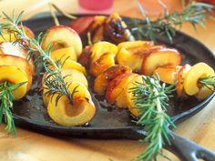 Voici une recette très gourmande aux fruits : celle des brochettes de pêches rôties. Un véritable délice, à savourer en dessert.