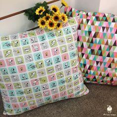 Almofada Snoopy e Triângulos Coloridos.