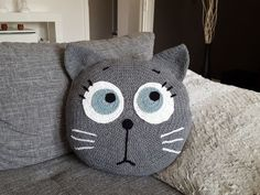 Häkelanleitung Kissen Tierkissen launische Katze The pillow with the motzig-moody cat is not only soft + cuddly, but indispensable. Try it out with the crochet. Chat Crochet, Crochet Cross, Crochet Home, Crochet Baby, Kawaii Crochet, Crochet Pillow Pattern, Knit Pillow, Crochet Cushions, Baby Knitting Patterns