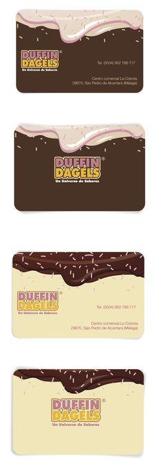Diseño de tarjetas de visita para Duffin Dagels. Si eres adicto a los donuts este es tu lugar. Los donuts están exquisitos, recien hechos y los hay de muchísimos sabores, desde el donut de chocolate tradicional, de fresa, de platano, de naranja…. Los puedes comprar en cajitas de 6 unidades o más, parecen los donuts de homer simpson!! no dudes en probarlos, no te arrepentiras.