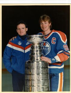 Wayne Gretzky with the Stanley Cup Edmonton Oilers, Vancouver Canucks, Wayne Gretzky, Hockey Pictures, Funny Memes Images, Nhl Jerseys, Canadian History, National Hockey League, Sports Humor