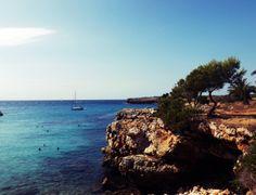 La típica playa rocosa, mediterraneamente fantastica en la que puedes encontrar conchitas y caracoles y muchas más cosas curiosas, pues así es cala morlanda en Mallorca.