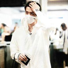 Sehun is so goddamn sexy. Moda Blog, Airport Style, Airport Fashion, Korean Artist, Ulzzang Boy, Shinee, Baekhyun, Daily Fashion, Kpop