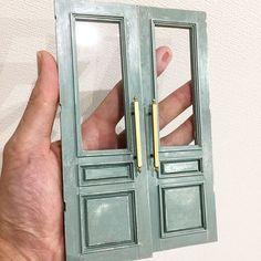 入口にドアを取り付けました。お店の顔にもなるので、少し歴史のある感じに仕上げました。#ミニチュア#ドールハウス#アンティーク#アンティークドア#インテリア#ドア#洋菓子店#ミニチュアアート展2017 #miniature #dollhouse #doors #door#antique #antiquedoor