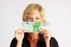 Junge Frau mit 100 Euro Banknote