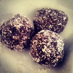 These amazeballs are perfect on the go, post workout or even as a treat with a nice cup of tea! If the mi. Healthy Bars, Healthy Food Options, Healthy Sweets, Healthy Baking, Clean Eating Recipes, Clean Eating Snacks, Raw Food Recipes, Clean Eating Dinner, Eating Raw