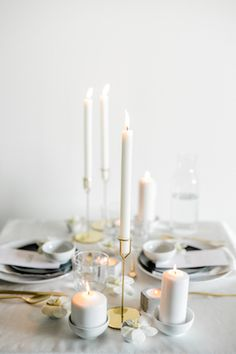 A minimalist wedding in white, black, and gray with minimalism at its center. Monochrome Weddings, Wedding Bands, Wedding Things, Wedding Stuff, Wedding Table Settings, Balloon Arch, Marry You, Minimalist Wedding, Wedding Inspiration