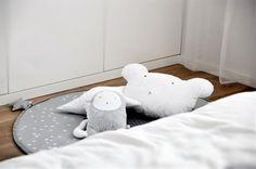 Kącik maluszka w sypialni rodziców, tekstylia i pluszaki obok których nie można przejść obojętnie - Art de Luxe