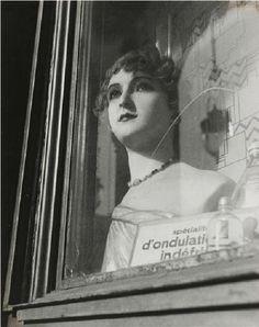 Dora Maar - Mannequin en vitrine, ca. 1935