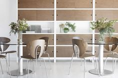 STUA Sapporo system is so versatile that creates from one single unit a whole library, here with walnut doors. A Jesús Gasca design. SAPPORO: www.stua.com/design/sapporo