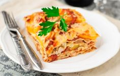 Le lasagne al pollo e zucca sono il mio piatto preferito oltre a rappresentare una tradizione di famiglia. Da quando ricordo, la domenica ci riunivamo con tutti i miei parenti a mangiare a pranzo dai miei nonni materni perchè la cuoca (mia nonna) ci deliziava con questa ricetta davvero gustosa.