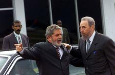 Em 2003, quando já era presidente do Brasil, Lula e Fidel Castro são fotografados no o aeroporto de Havana (Cuba). Numa demonstração de deferência, Fidel levou Lula até o pé da escada que dava acesso ao avião presidencial