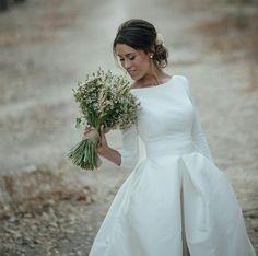 Love this dress 😍 - - Le migliori immagini Modest Wedding Dresses, Bridal Dresses, Wedding Gowns, Satin Dresses, Wedding Wishes, Wedding Bells, Wedding Day, Classic Wedding Dress, Perfect Wedding