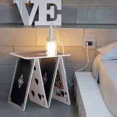Mesa de acrilico en forma de cartas