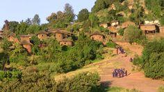 LALIBELA Cité monastique située à 2 630 m d'altitude, classée au patrimoine mondial en 1978, Lalibela est une ville sainte des chrétiens orthodoxes d'Ethiopie, fameuse grâce à ses onze églises creusées dans le roc, dont l'Eglise Saint-Georges, âgée de huit siècles.