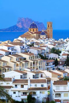 Do you know #Altea? Cobbled streets, whitewashed houses with balconies full of flowers and the Mediterranean Sea in the background. The perfect place for a holiday on the #CostaBlanca. We share this photo of Visit Altea. www.abahanavillas.com