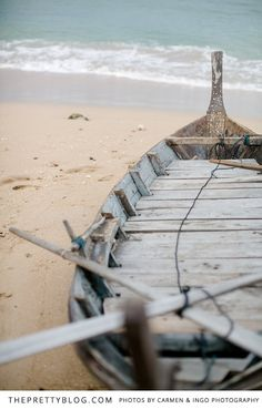 Washed out wooden boat | Beach Wedding | Photographer: Carmen & Ingo Photography