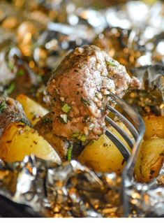 This Grilled Butter Garlic Steak & Potato Foil Pack Dinner is the quick and easy dinner idea you were looking for, but thought you'd never find. Steak & potatoes were meant to go together, and they come through as the shining stars they were meant to be i Grilling Recipes, Beef Recipes, Cooking Recipes, Grilling Ideas, Drink Recipes, Vegetarian Grilling, Healthy Grilling, Garlic Recipes, Barbecue Recipes