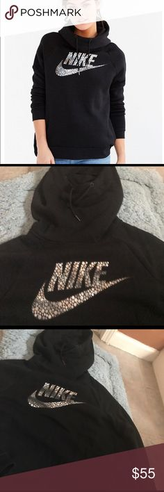 Nike foil logo pullover In exelent used condition very warm and ligh weight perfect for winter cold days ❄️❄️ Nike Tops Sweatshirts & Hoodies