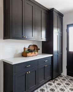 Modern And Trendy Kitchen Cabinets Ideas And Design Tips – Home Dcorz Black Kitchen Cabinets, Kitchen Cabinet Colors, Black Kitchens, Kitchen Redo, Home Kitchens, Brass Kitchen, Kitchen Ideas, Kitchen With Black Appliances, Kitchens With Dark Cabinets