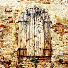 Chiusa e quando si dice chiusa è per sempre e non se ne parli più è inutile sperare e stare lì ad aspettare; se non si può vuol dire che non si deve punto. (Certo che parte bene il finesettimana)  (Via Fattiboni ) #finestra #window #windows #rsa_doorsandwindows #windows_aroundtheworld #doorsandwindows_greatshots #windowsaroundtheworld #oldwindow #instawindows #doorsandwindows #building #architecture #architecturelovers #archilovers #instagram #instagramitalia #instaphoto #instapic #romagna…